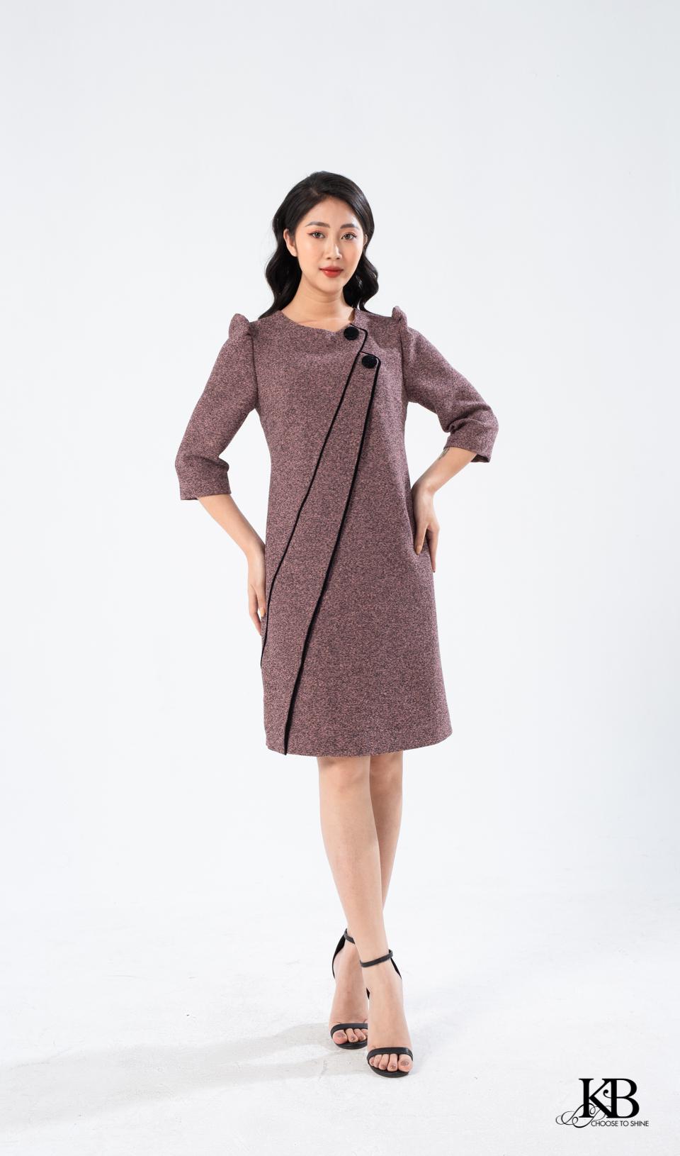 Đầm suông lé vải phối tà bênh.